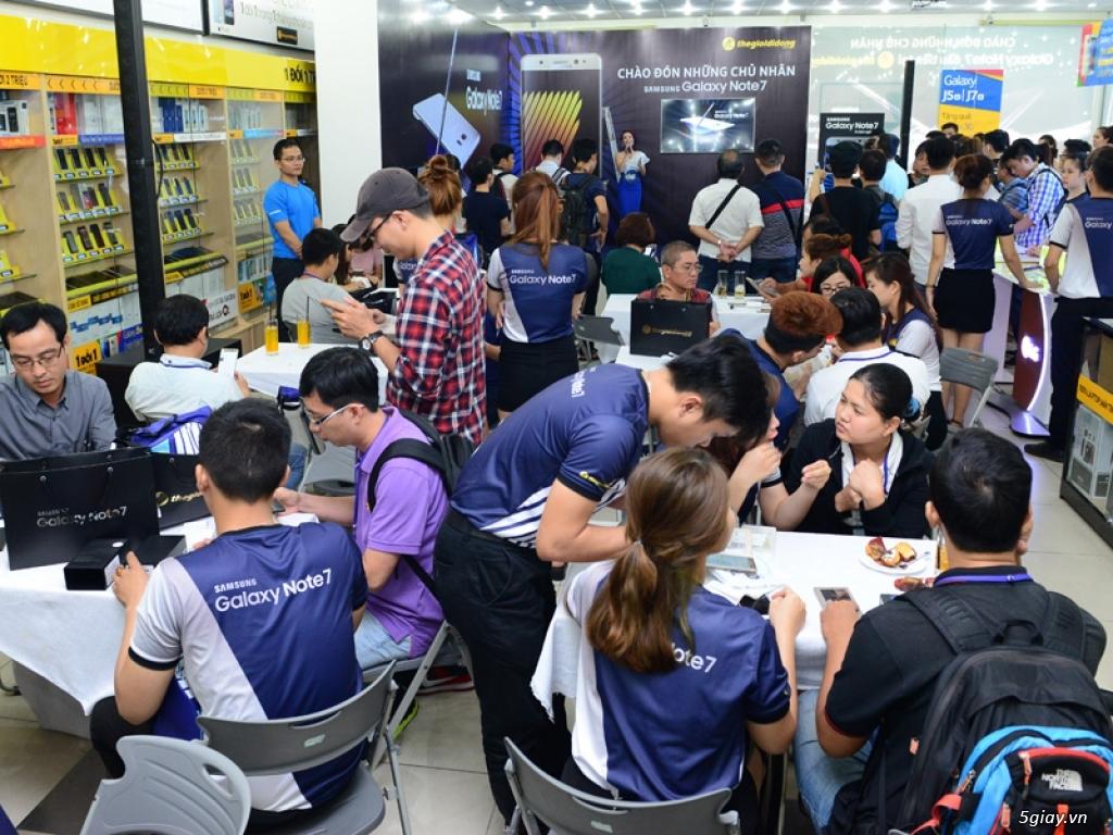 Thế giới di động trao Samsung Galaxy Note 7 cho những khách hàng đầu tiên - 138314