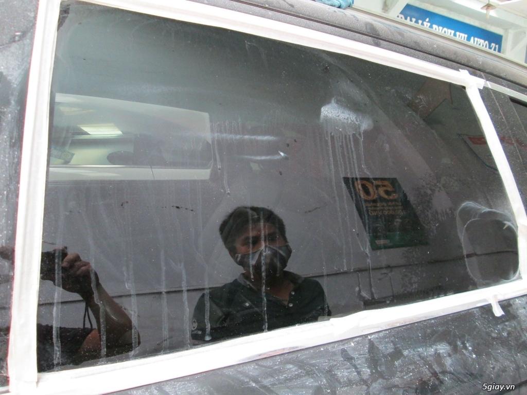 Em đánh bóng kính xe bị xước, lóa|Tẩy ố mốc kính xe tại Sài Gòn - 6