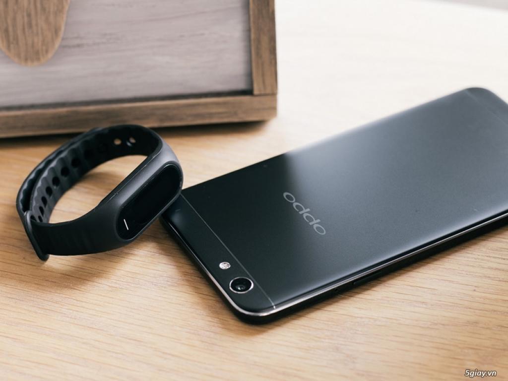 Ngắm Oppo F1s màu đen nhám với vòng tay thông minh H-Band - 159967