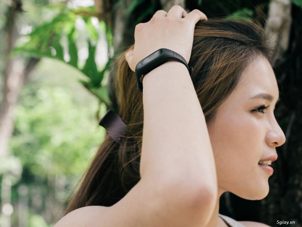 Ngắm Oppo F1s màu đen nhám với vòng tay thông minh H-Band - 159973