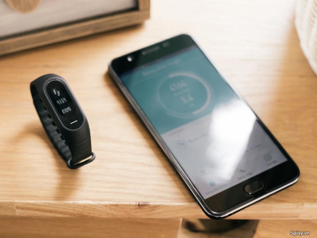 Ngắm Oppo F1s màu đen nhám với vòng tay thông minh H-Band - 159971