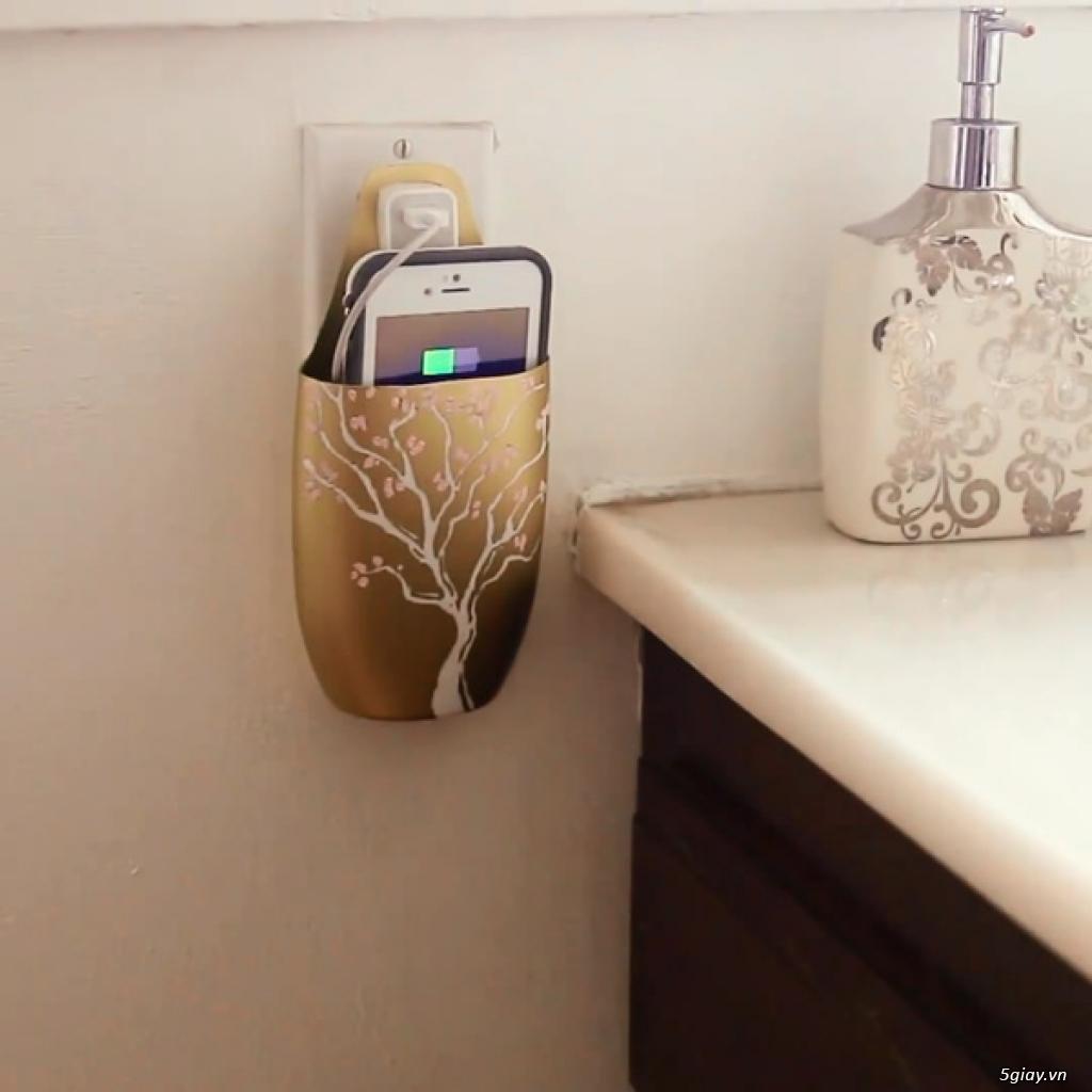 Tận dụng vỏ chai nhựa làm giỏ điện thoại để 'sạc mọi nơi'