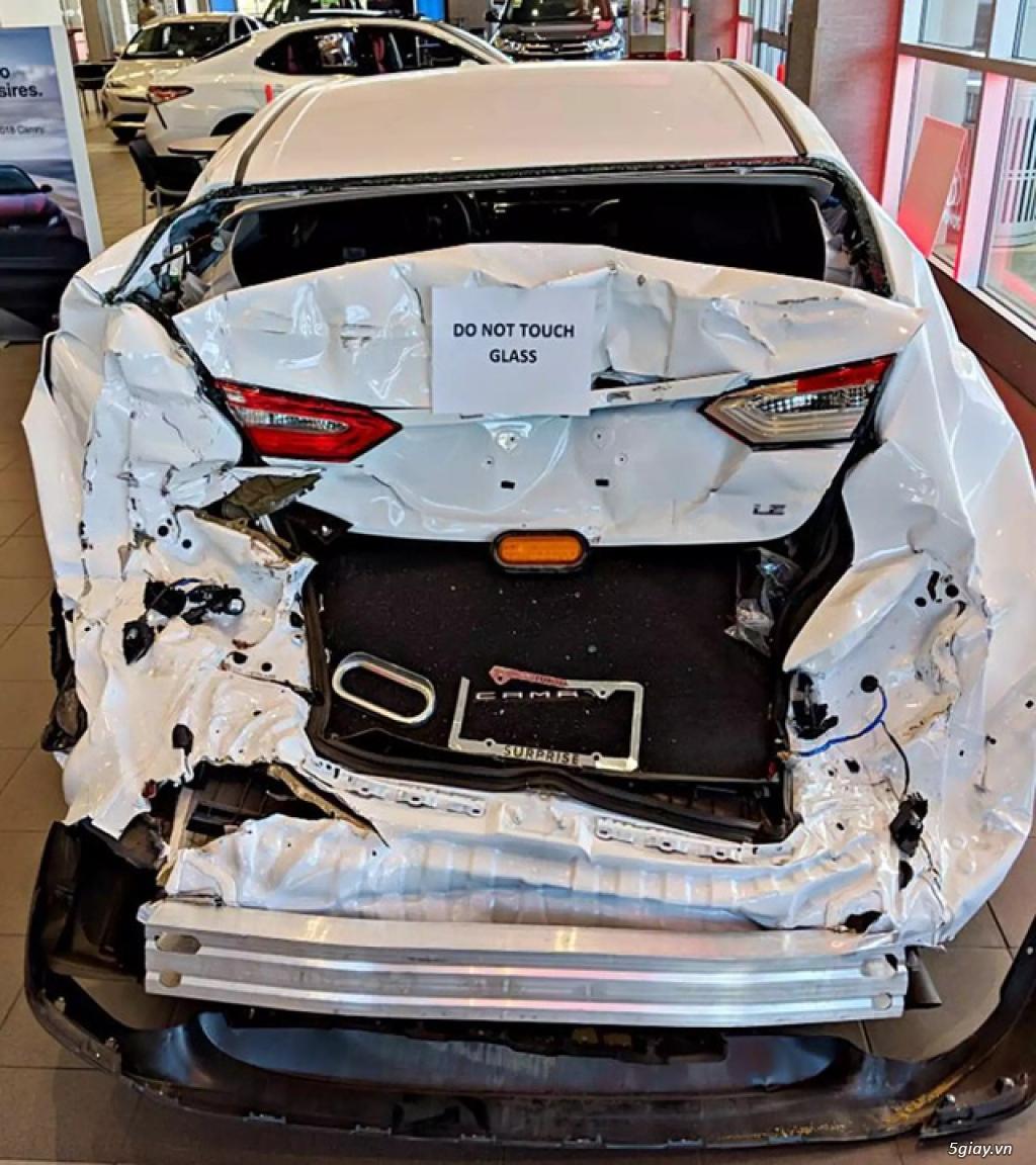 Vì sao đại lý Toyota lại trưng bày chiếc Camry tai nạn nhàu nát như thế này?