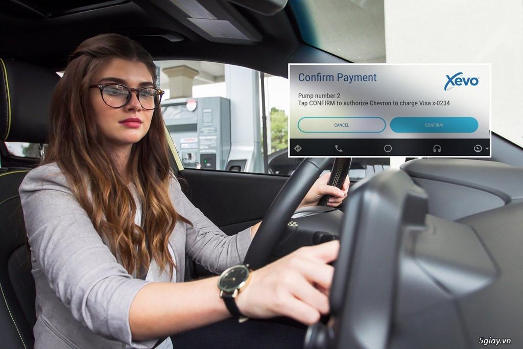 Người lái ôtô đã có thể trả tiền đổ xăng, mua đồ ăn không cần xuống xe - 1