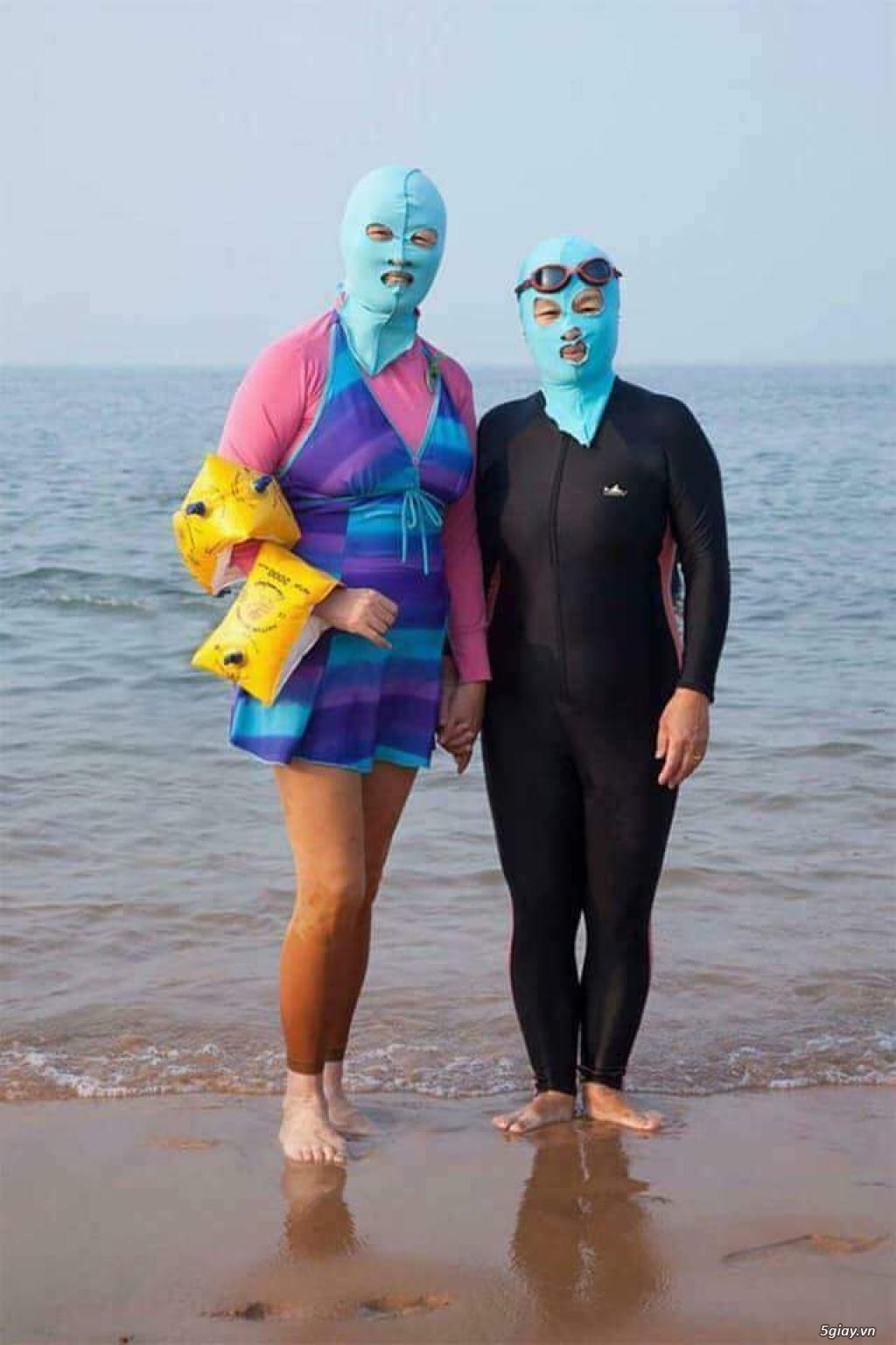 Nên mặc gì để tránh nóng khi đi biển...?