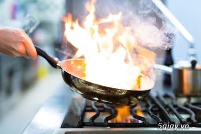Khi nấu ăn mà chảo dầu bị cháy thì phải làm sao?