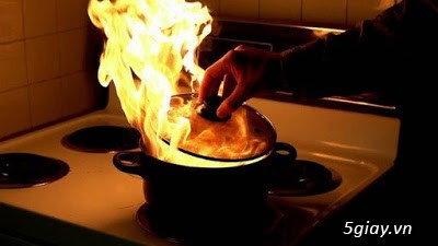 Khi nấu ăn mà chảo dầu bị cháy thì phải làm sao? - 1