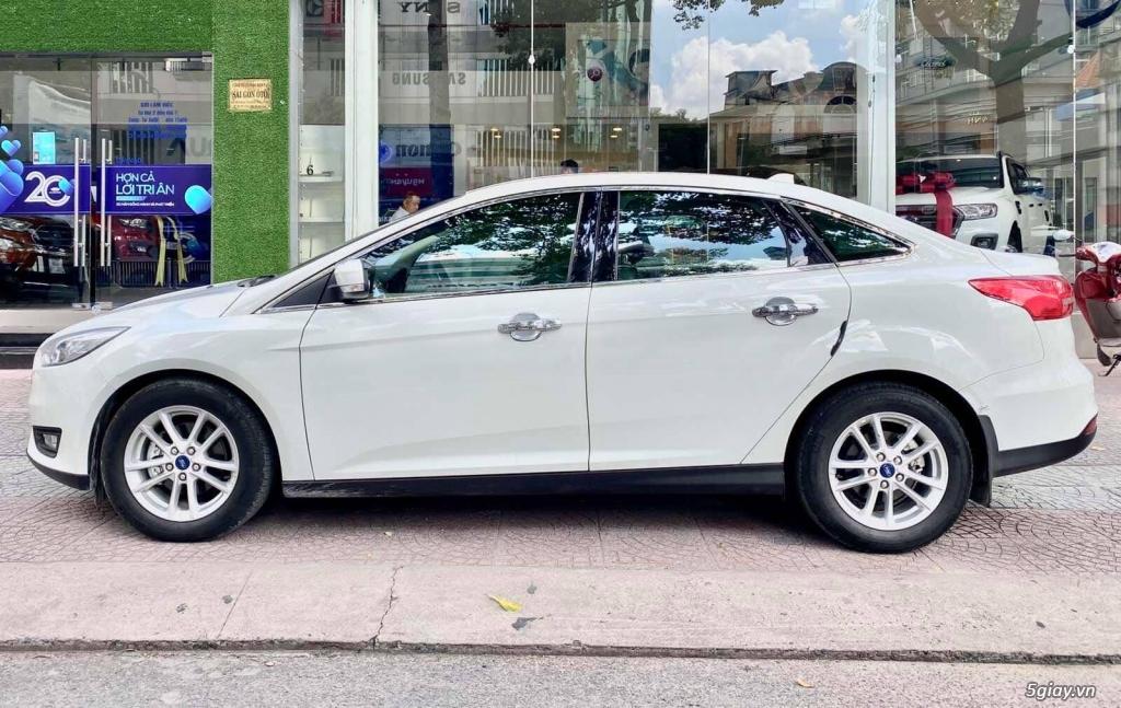 Focus trend màu trắng 4 cửa, xe cũ bán tại Hãng